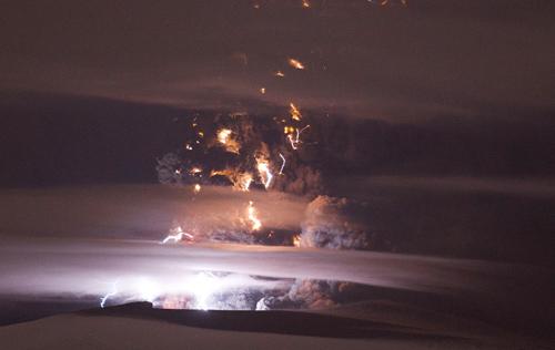 Снятое с воздуха фото показывает извержение из кратера пепла и дыма