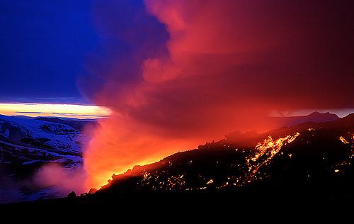 Южно-Исландский вулкан Eyjafjallajokull испускает пепел в воздух.