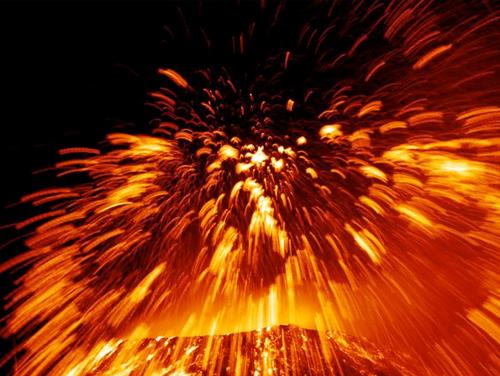 Лава продвигается вниз, вызывая взрывы пара