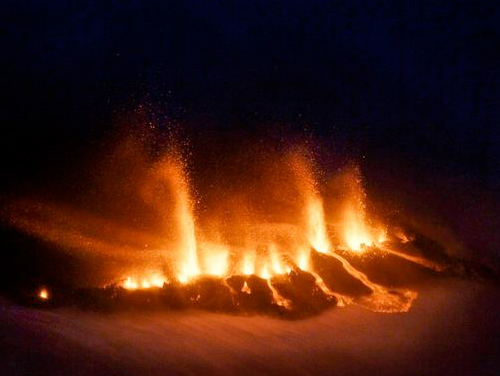 Фонтаны из пепла и лавы размером с 30-этажное здание