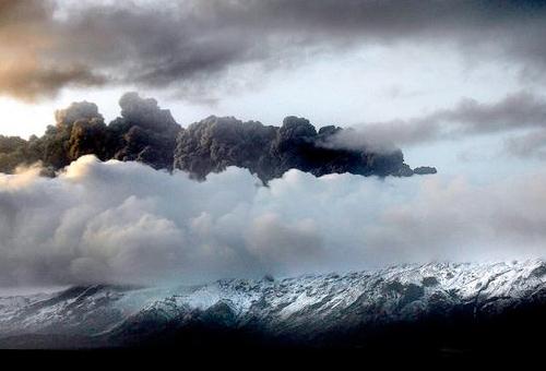 Вода испаряется с ледника возле Исландского вулкана