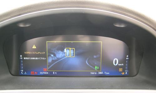 Система виводить на екран жовту рамку навколо ділянки дороги, що вимагає підвищеної уваги. Жовтої рамкою обводиться також і кожен пішохід