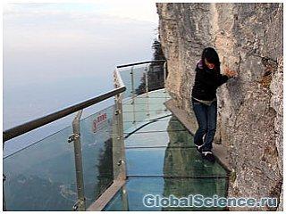 В Китае на склоне высокой горы соорудили стеклянную тропинку