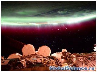 Алое небо смогли заснять астронавты МКС