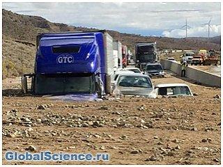 В Южной Калифорнии сотни автомобилей застряли в грязи