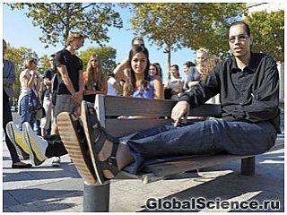 Человек с самым большим в мире размером ноги приобретает популярность