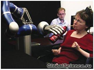 Роботизированная рука, управляемая силой мысли парализованного человека