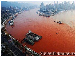 Найбільша ріка Євразії стала червоною