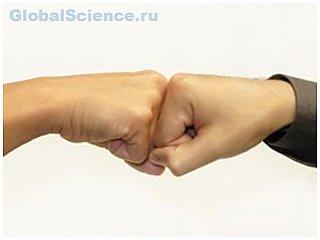 Приветственный удар кулаками более гигиеничен, чем рукопожатие