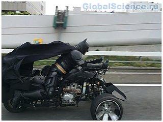 В Японии Бэтмен дарит людям счастье