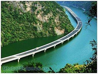 В Китае открыли автостраду прямо посреди реки