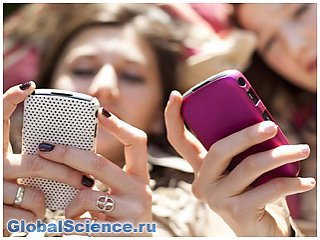 Ученые: использование смартфонов на солнце приводит к старению кожи