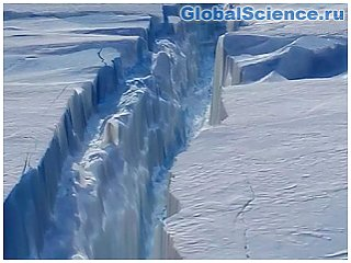 В Антарктике от ледника Бранта откололся гигантский айсберг